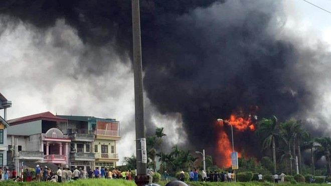 Cháy cực lớn kèm nhiều tiếng nổ ở kho hóa chất tại Hà Nội